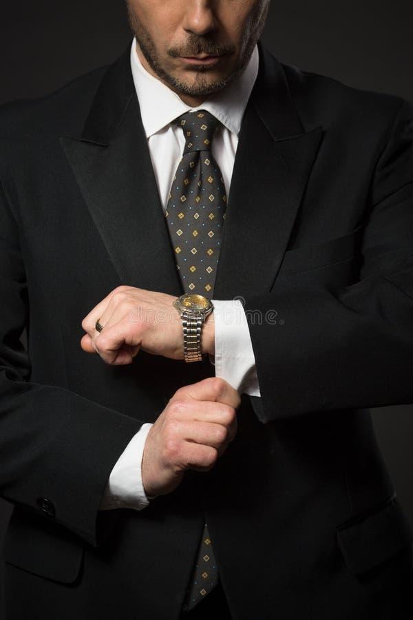 Geschäftsmann, der sich justiert lizenzfreies stockfoto