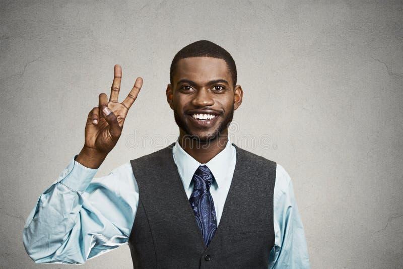 Geschäftsmann, der Sieg, Zeichen mit zwei Fingern gibt stockbilder