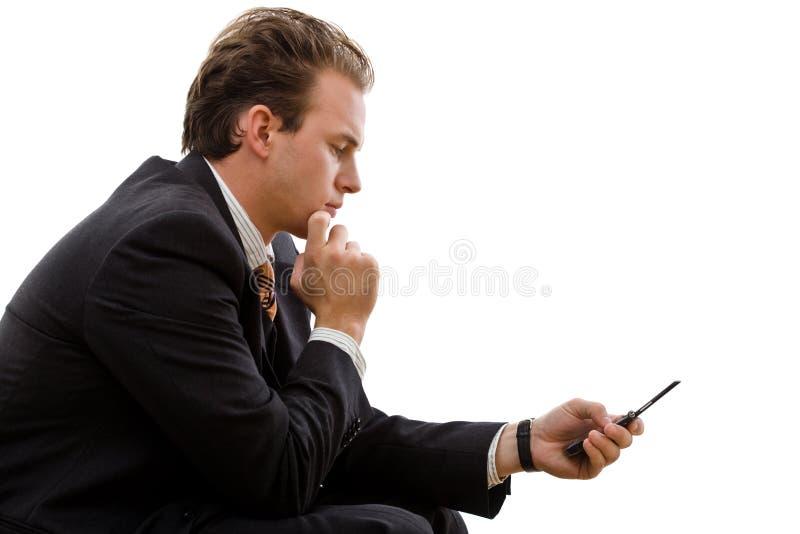 Geschäftsmann, der SMS sendet stockfoto