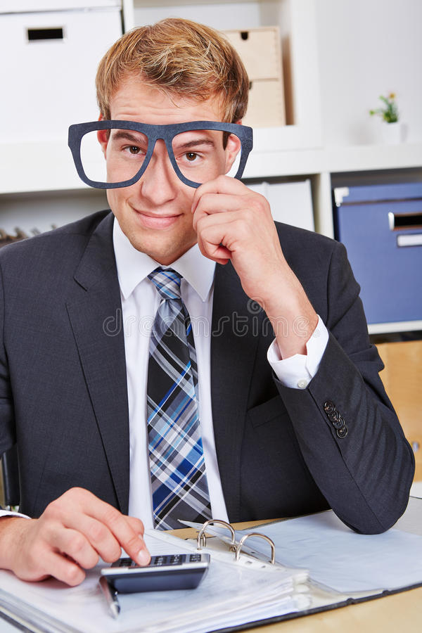 Geschäftsmann, der Sonderlingsgläser hält lizenzfreie stockfotos