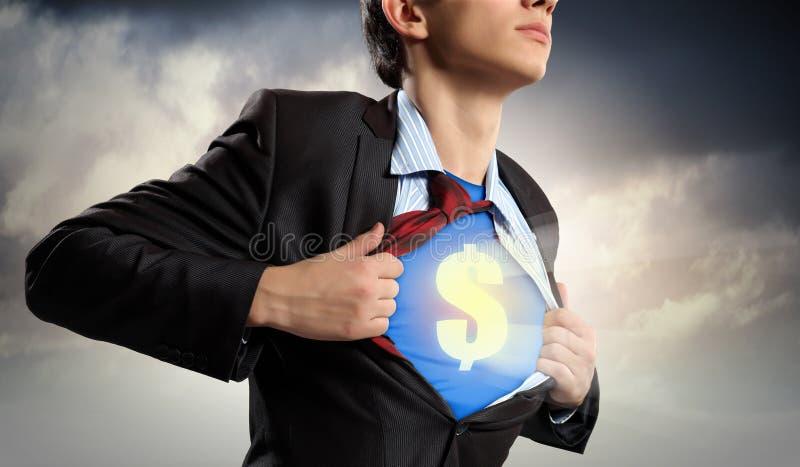 Geschäftsmann, der Supermann-Anzug unter Hemd zeigt lizenzfreie stockfotos