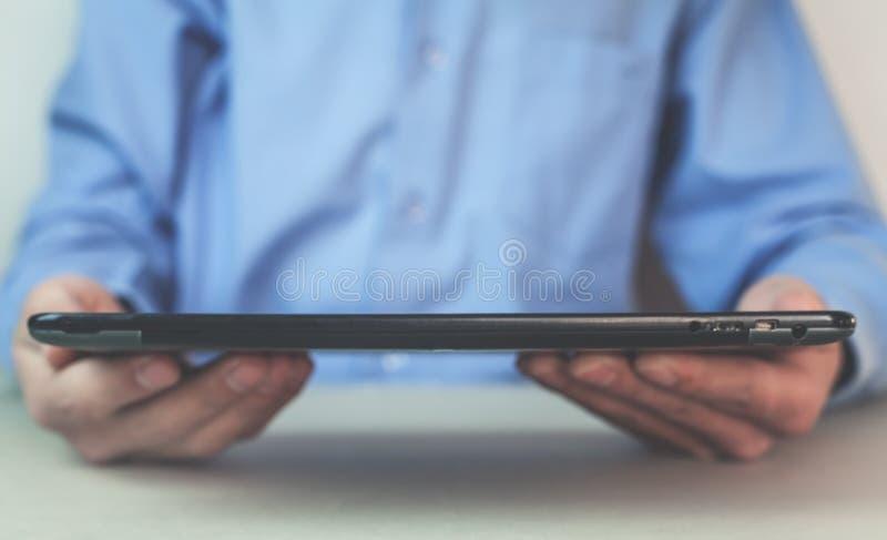 Geschäftsmann, der Tablette auf seinen Händen hält stockbilder