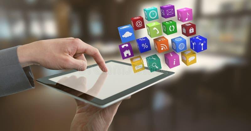 Geschäftsmann, der Tablette mit apps Ikonen im Büro hält stockbilder