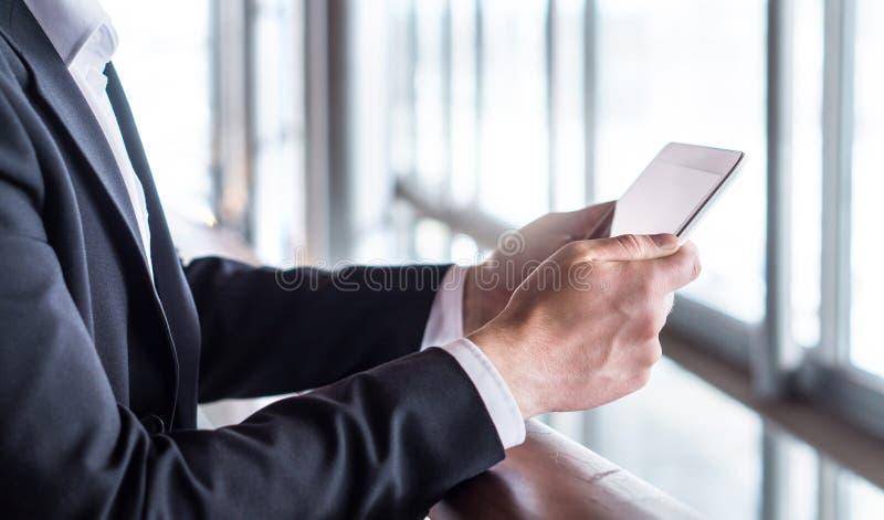 Geschäftsmann, der Tablette verwendet oder Nachrichten mit Tablette liest stockfotografie