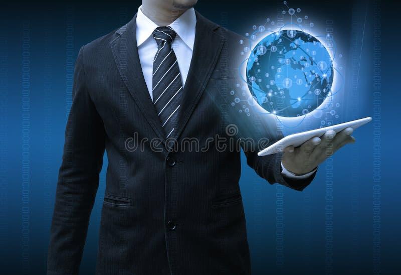 Geschäftsmann, der Tablettentechnologie-Geschäftskonzept hält stockbild