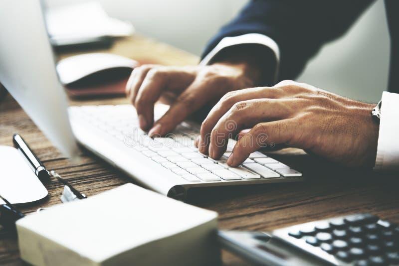 Geschäftsmann, der Tastatur-Arbeitsverabredungs-Konzept verwendet stockfotografie