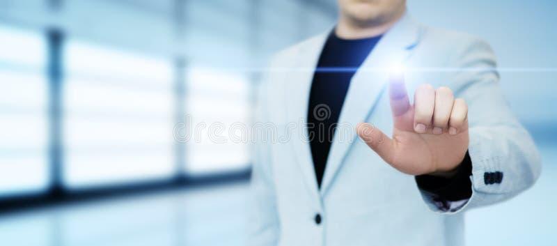Geschäftsmann, der Taste bedrängt Innovationstechnologieinternet-Geschäftskonzept Raum für Text lizenzfreie stockfotos