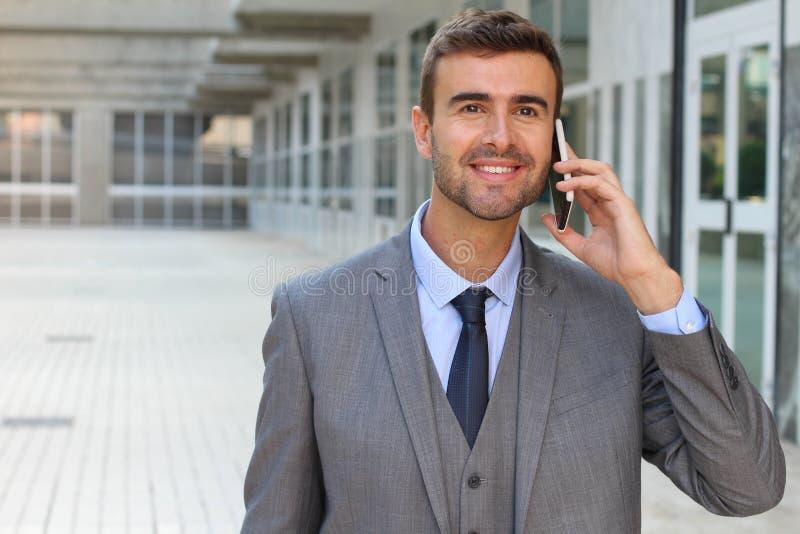 Geschäftsmann, der am Telefon mit Begeisterung hört lizenzfreies stockfoto