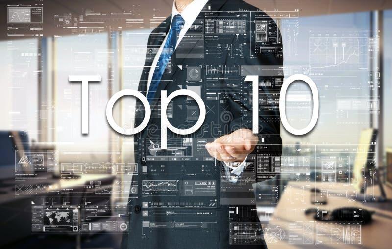 Geschäftsmann, der Top 10 Text auf virtuellem Schirm darstellt lizenzfreie stockbilder