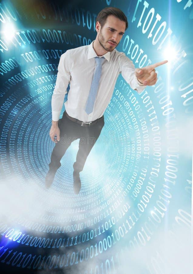 Geschäftsmann, der in Tunnel der binären Technologie und des rührenden Lichtes schwimmt stockfotos