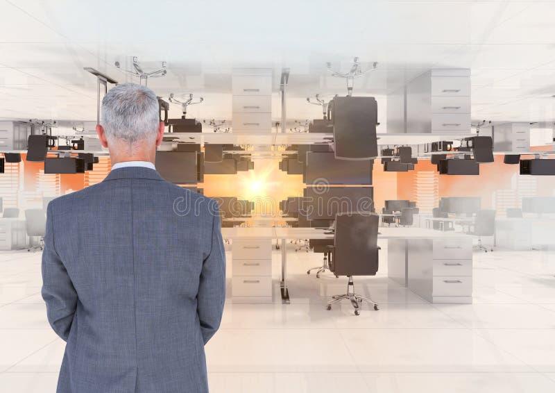 Geschäftsmann, der in umgekehrtem Büro in den Wolken mit Aufflackern steht lizenzfreies stockbild