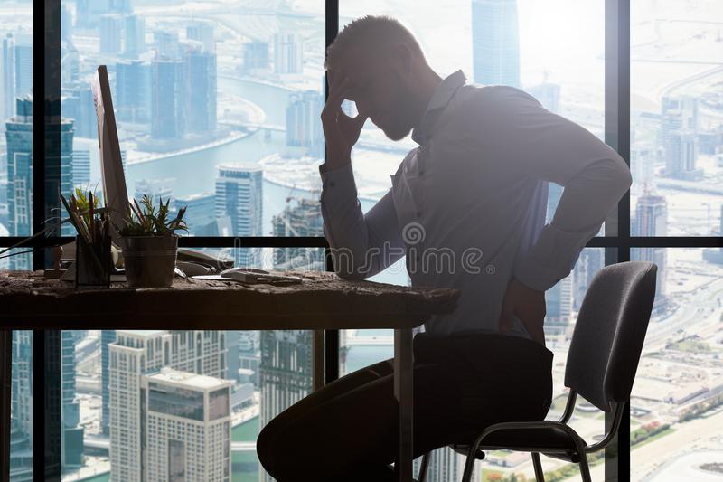 Geschäftsmann, der unter backpain leidet lizenzfreies stockfoto