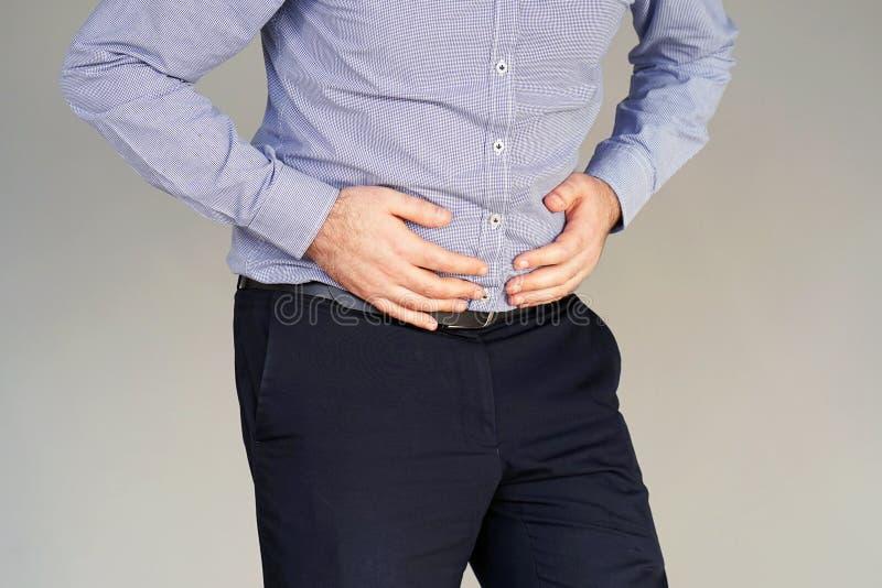 Geschäftsmann, der unter den Abdominal- Schmerz leidet stockbilder
