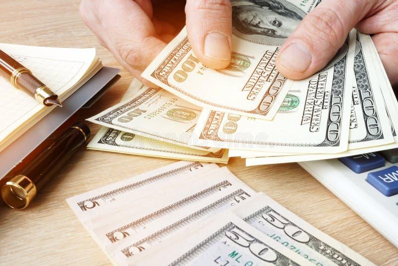 Geschäftsmann, der US-Dollars Rechnungen zählt Kleinbetriebkonzept lizenzfreie stockfotografie
