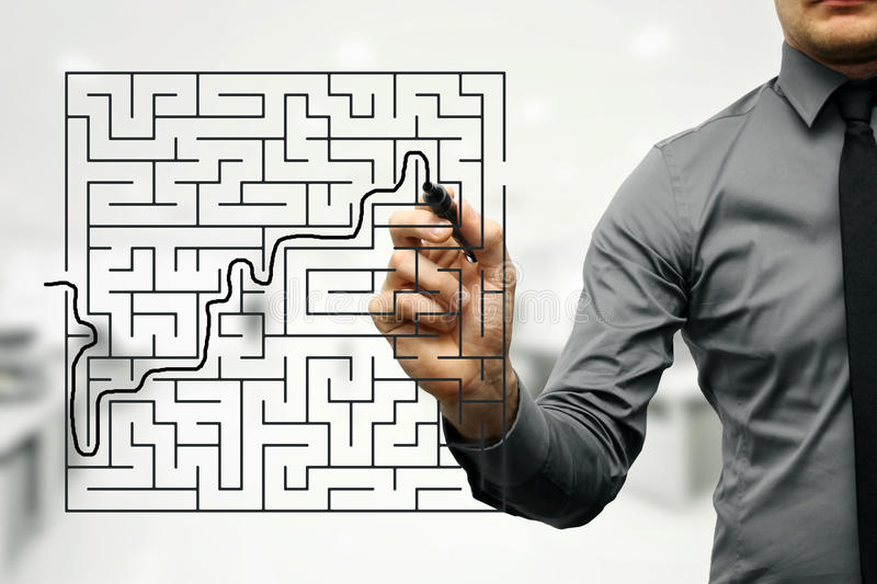 Geschäftsmann, der versucht, Ausweg des Labyrinths zu finden lizenzfreie stockbilder