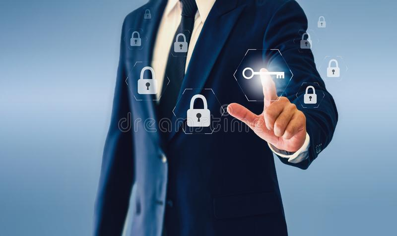 Geschäftsmann, der virtuellen Schlüsselknopf berührt Konzept des erfolgreichen Geschäfts oder der Sicherheit lizenzfreies stockbild