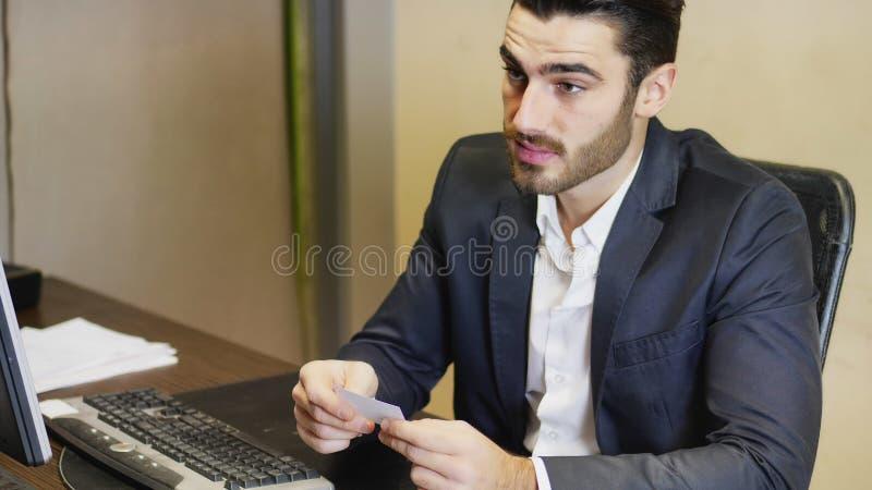 Geschäftsmann, der Visitenkarte hält lizenzfreie stockbilder