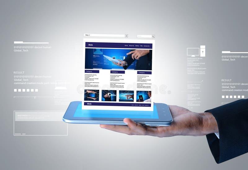 Geschäftsmann, der Webseite auf Tablet-Computer zeigt stockfotografie