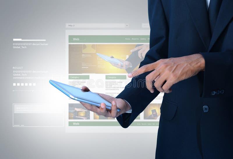 Geschäftsmann, der Webseite auf Tablette zeigt stockfotografie