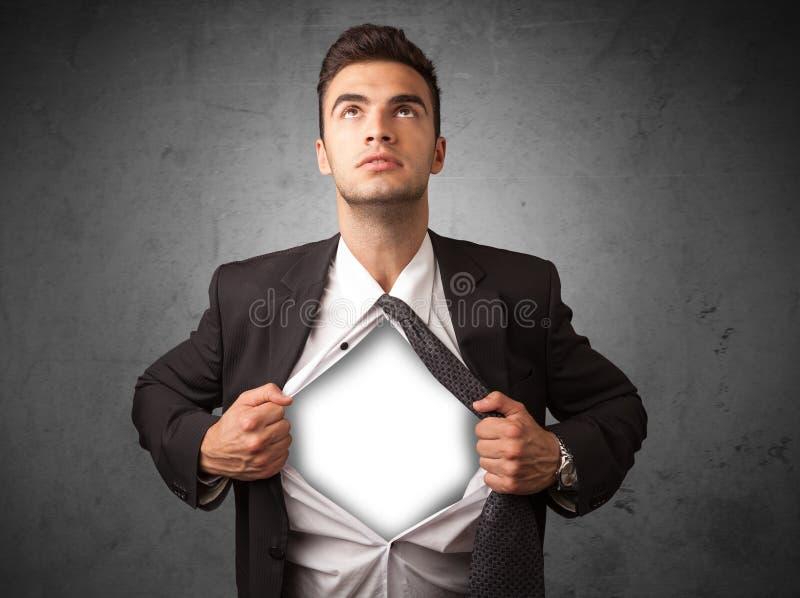 Geschäftsmann, der weg von seinem Hemd mit weißem copyspace auf Kasten zerreißt stockbilder
