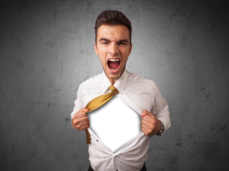 Geschäftsmann, der weg von seinem Hemd mit weißem copyspace auf Kasten zerreißt stockfoto
