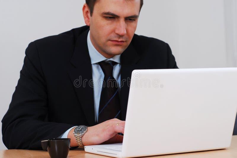 Geschäftsmann, der an weißem Computer arbeitet stockfotos