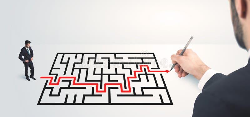 Geschäftsmann, der Zeichnungslösung zur Hand schaut lizenzfreies stockfoto