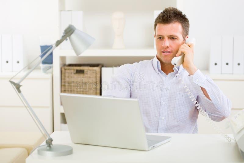 Geschäftsmann, der zu Hause arbeitet lizenzfreies stockfoto