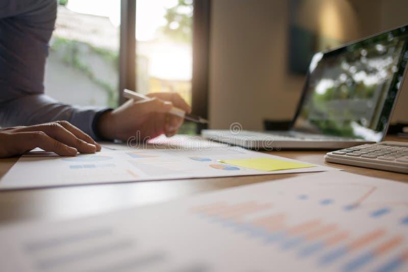 Geschäftsmann, der zu Hause an Berichtsdokumenten arbeitet lizenzfreie stockbilder