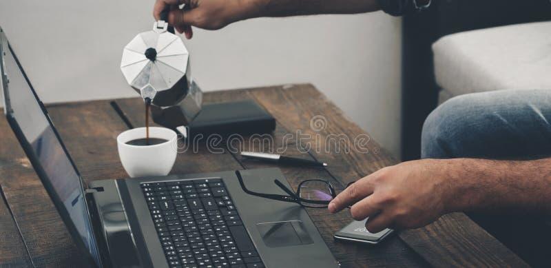 Geschäftsmann, der zu Hause mit Büro des Laptops arbeitet stockbilder