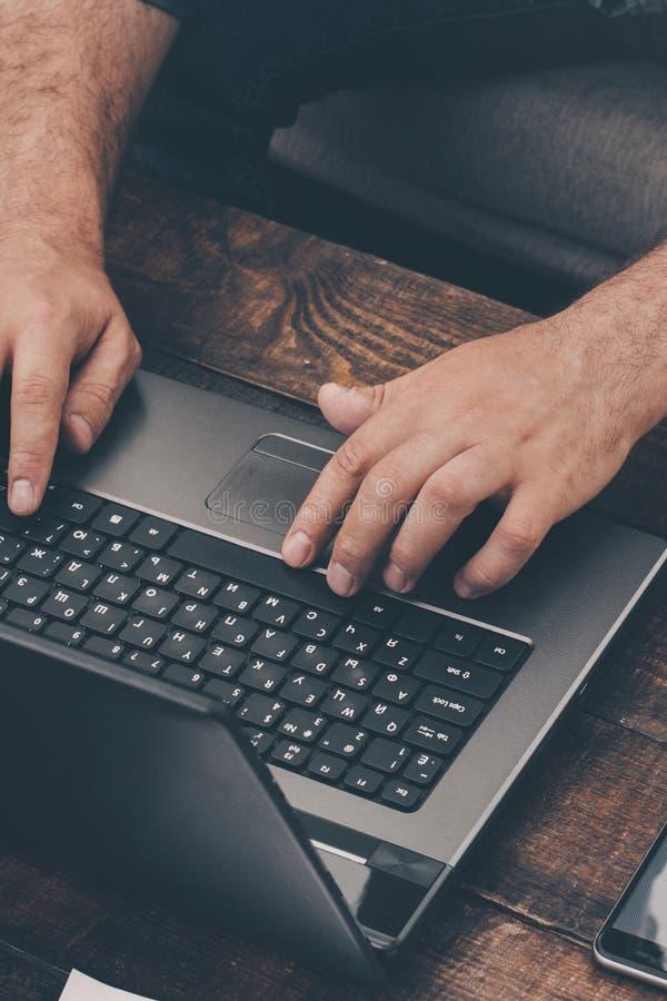 Geschäftsmann, der zu Hause mit Laptop auf dem Sofa arbeitet stockfotografie