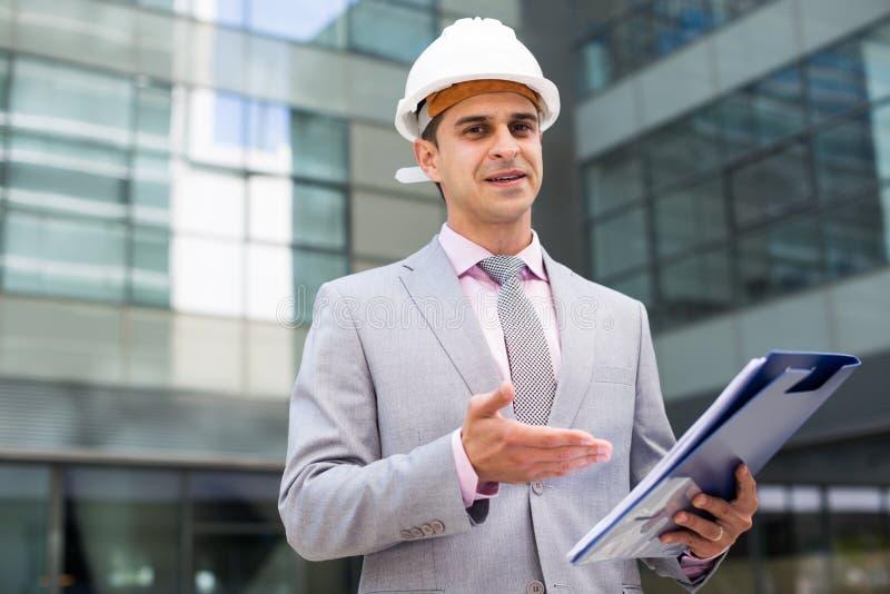 Geschäftsmann, der zufrieden gestellt Dokumente liest stockbilder