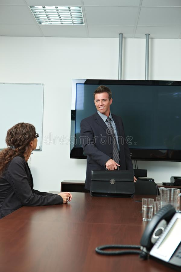 Geschäftsmann, der zum Konferenzzimmer ankommt lizenzfreie stockfotografie