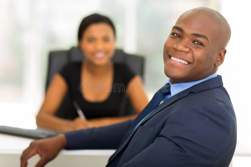 Geschäftsmann, der zurück schaut lizenzfreies stockbild