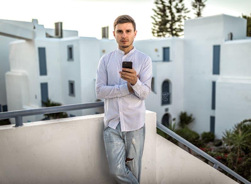 Geschäftsmann des jungen Mannes mit Smartphone, Sommer im Freien, Griechenland lizenzfreie stockfotos