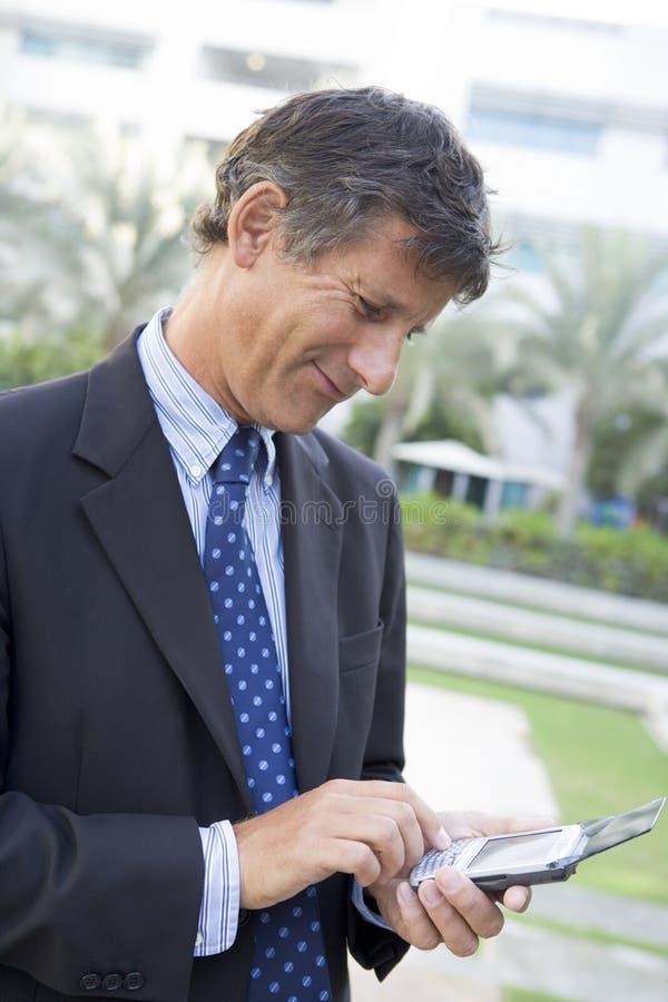 Geschäftsmann draußen lizenzfreie stockbilder