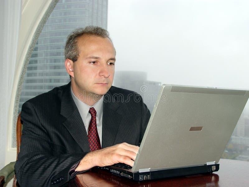 Geschäftsmann durch das Fenster lizenzfreies stockfoto