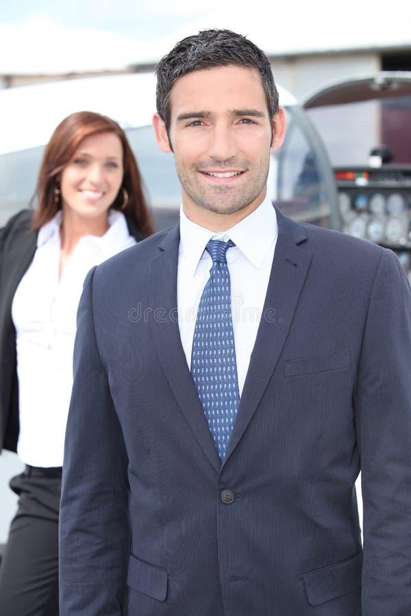 Geschäftsmann durch ein helles Flugzeug stockfoto