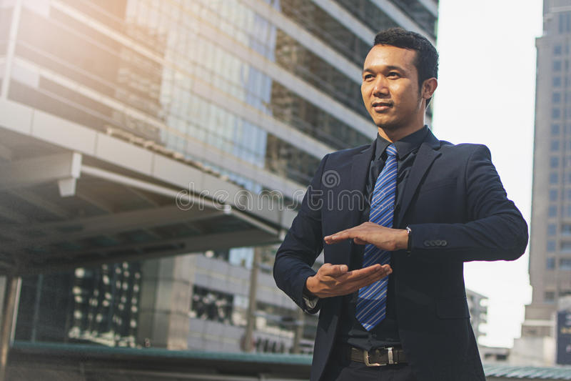 Geschäftsmann in einem Anzug und Bindung mit der ausgestreckten Hand lizenzfreie stockbilder