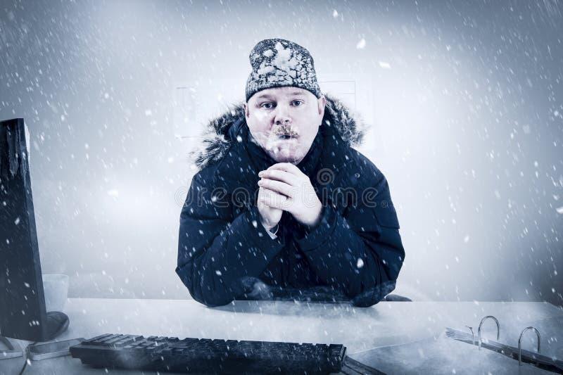 Geschäftsmann in einem kalten Büro mit Schnee und Eis lizenzfreie stockfotos
