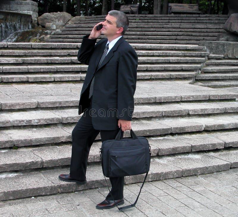 Geschäftsmann in einem Park lizenzfreie stockbilder