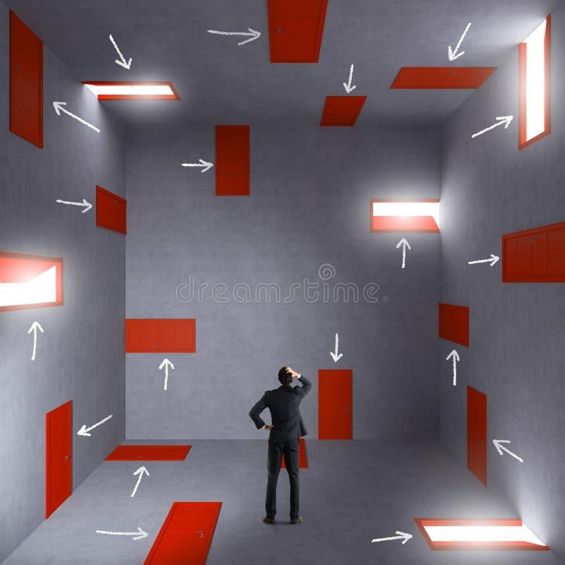 Geschäftsmann in einem Raum voll von den Türen Konzept der Bürokratie und des Druckes lizenzfreies stockbild