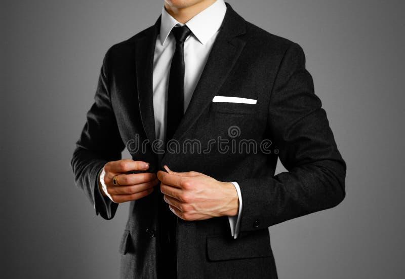 Geschäftsmann in einem schwarzen Anzug, in einem weißen Hemd und in einer Bindung Studio shootin lizenzfreies stockfoto