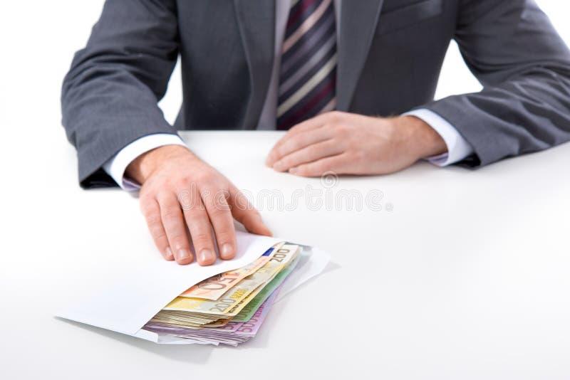 Geschäftsmann in einer Klage nimmt ein Bestechungsgeld an stockfoto
