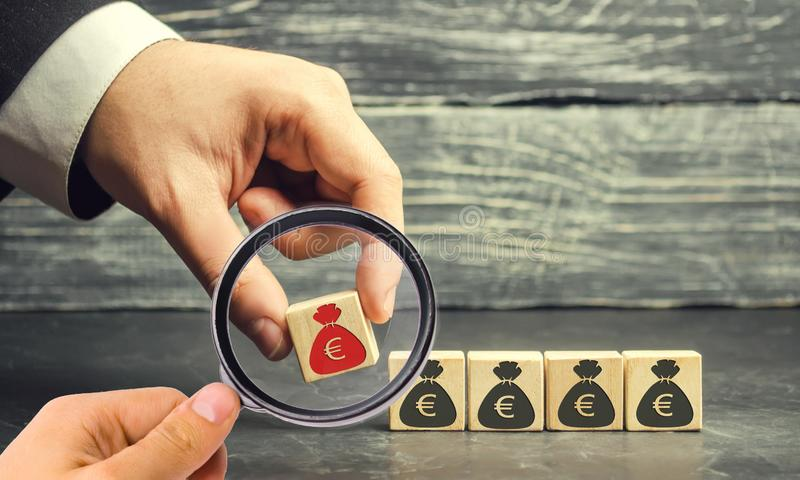 Geschäftsmann entfernt den Würfel mit dem Bild des Euros Kapitalabwanderung Druck auf Kleinbetrieben Bankrott ökonomisch lizenzfreie stockfotos