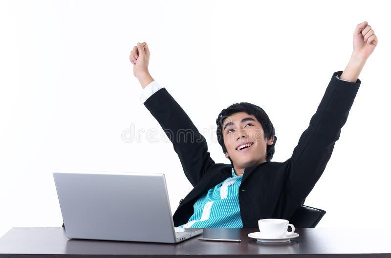 Geschäftsmann entspannen sich mit glücklich, nachdem er gearbeitet hat lizenzfreies stockbild