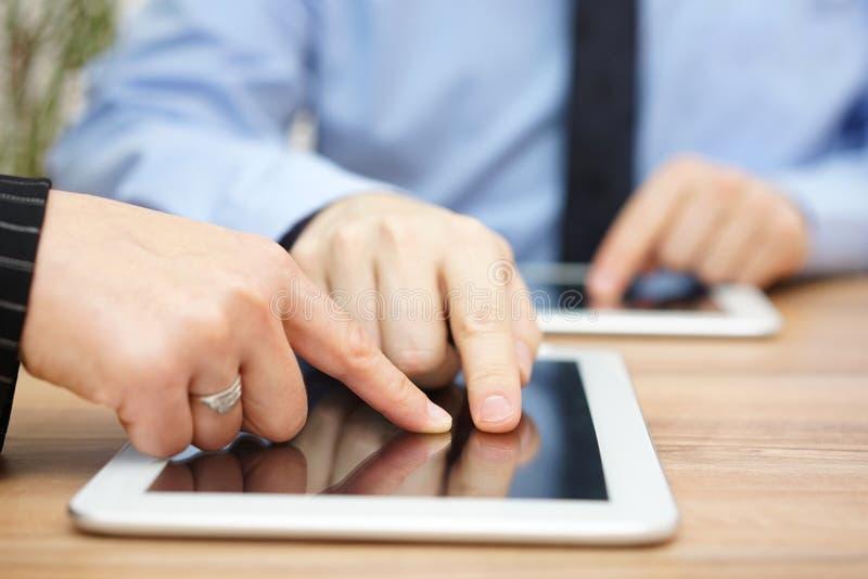 Geschäftsmann erklärt Bericht über Tablet-Computer lizenzfreie stockbilder