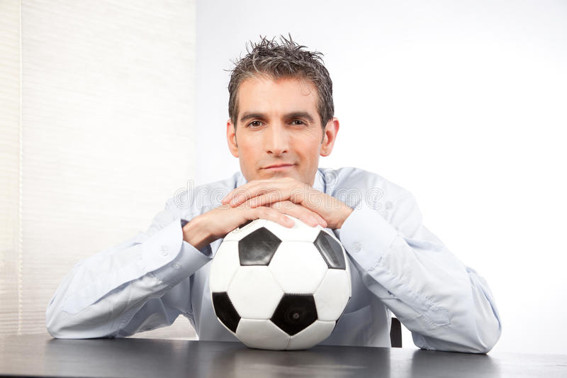 Geschäftsmann-With Football At-Arbeit lizenzfreies stockfoto