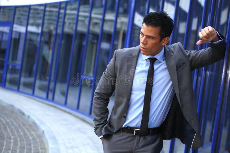 Geschäftsmann In Front Near Business Center Building, Gray Suit lizenzfreie stockfotografie
