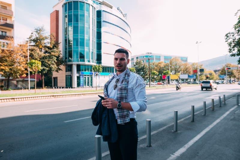 Geschäftsmann geht hinunter die Straße mitten in dem Stadtverkehr stockbilder